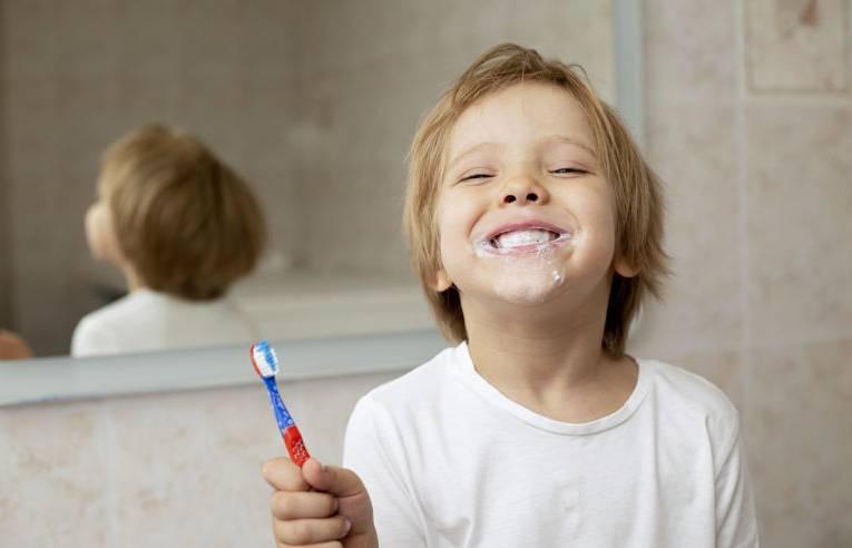 Leczenie zębów mlecznych – lapisowanie, na czym polega?